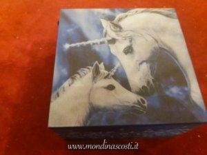 Scatole con unicorni